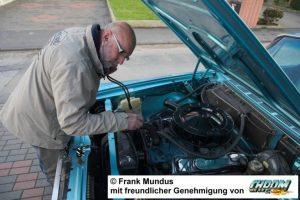 Kfz Gutachter prüft den Motor